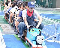 ミニチュア電車で小学生を乗せて運行!