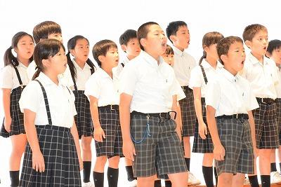 歌う生徒たち