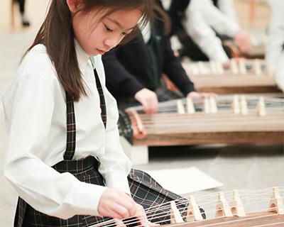 初めて琴を触る児童たちが、授業の最後には「さくらさくら」を演奏できるようになるといいます。