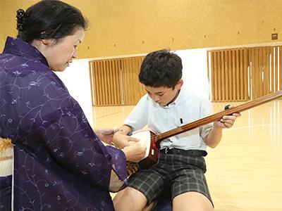 演奏するときの立ち振る舞いや挨拶など、礼儀作法を学ぶことも大切にしています。