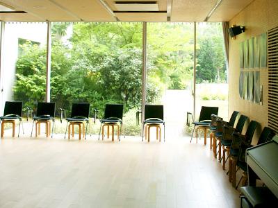 校内には音楽室がもう1つあるというので、案内していただきました。