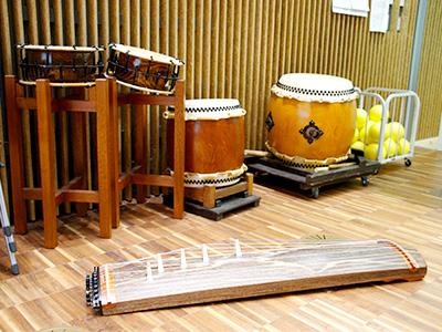 学校で使われている和太鼓や学習用の琴。