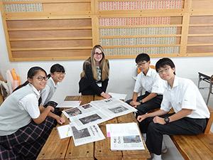昼休みには生徒4人が部屋に入ってきました。この日は帰国生の特別カリキュラムということでしたが、新聞の記事を取り上げてのフリーディスカッションが行われていました。