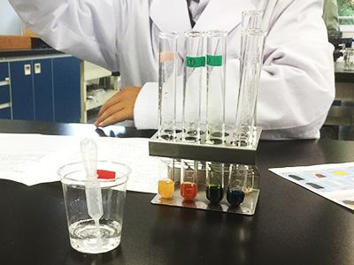 化学の実験:化粧品に含まれれている物質を試薬の色の変化によって調べ、その結果を考察します
