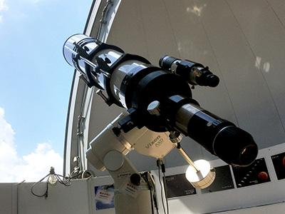 天体ドームにある本格的な天体望遠鏡。「流星群観察会」では、夏はペルセウス座流星群、冬はふたご座流星群を観測します。