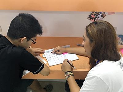 一対一の授業なので、先生は生徒の反応を見ながら興味を持ちそうな話題を選びます