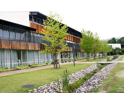 """建築家・隈 研吾氏が設計した帝京大学小学校の校舎。校内には遊び心がある""""隠れ階段""""など、児童の感性を刺激するしかけが散りばめられています。"""