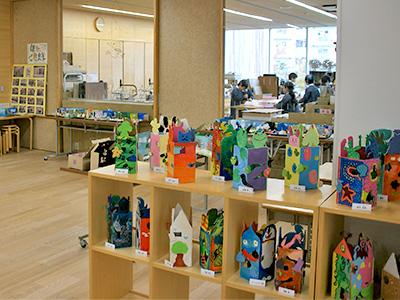 広い廊下に面した図工室前のエリア。作品が華やかな雰囲気を作り出しています。