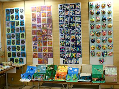 他者の作品に関心を持ち、児童が互いの作品のよさを認め合うことが重要だという考えから、作品を積極的に展示しているそうです。