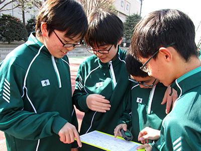 体育のIB授業:どうやったタイムを縮めることができるか、作戦、実践、振り返り…、個々の記録更新もグループワークで取り組みます。(中2)