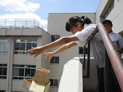 物理のIB授業:卵を高いところから落下させても割れないようにするには どうすればいいか?をグールプごとに仮説、検証、考察(中3)