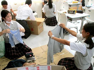 回収した服をサイズごとに分類、その際に破損などもチェック