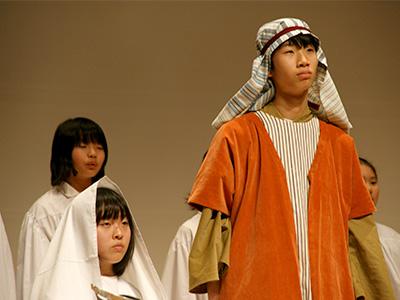 マリア(手前左)とヨセフ。