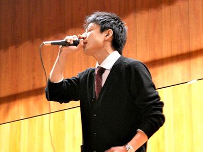 熱唱する山本先生