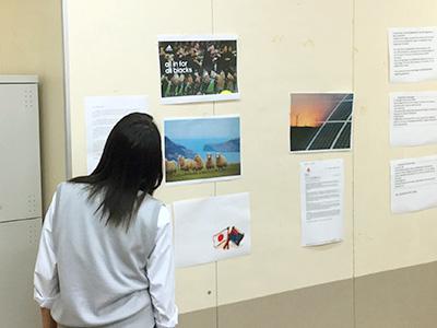 紙面になったときをイメージするために写真、見出しを教室の壁に貼って検討します。