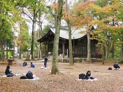 公園内の神社周辺で絵を描く生徒たち。