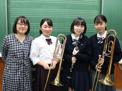 写真左から、顧問の岩崎このみ先生