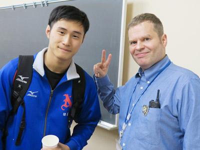 日暮くん(左)と、トーマス先生
