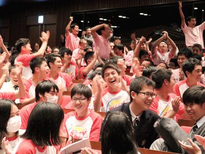 拍手喝采する生徒たち。