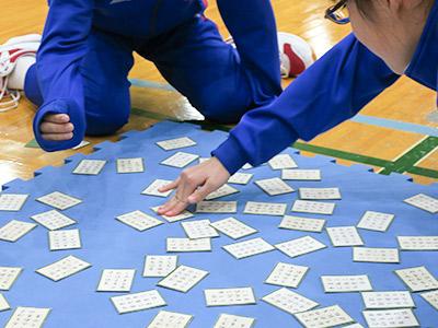 上の句で札を取ってしまう生徒たち。