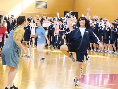 ソロパートでは生徒がダンスや歌を披露。