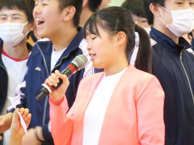 歌う生徒。