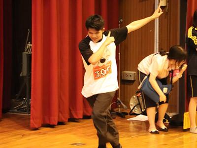 踊りながら登場する生徒がいれば…
