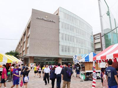 模擬店が連なる校舎前。