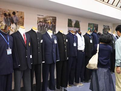 ずらりと並んだ各校の制服。