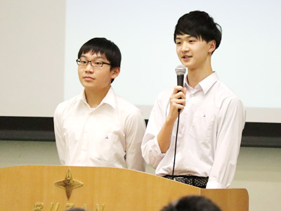 成城からは生徒会長のMくんと生徒会副会長のYくんが登壇し、文化祭のウォーターボーイズやマッスルミュージカルなどについてコミカルに紹介。