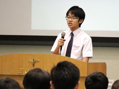 「男子校では、失敗を繰り返すことができ、そこから学ぶことができます」「日本学園はその人の可能性を引き出し、伸ばしてくれます」と高校1年のOくん。部活や同校の「創発学」の魅力をアピール。