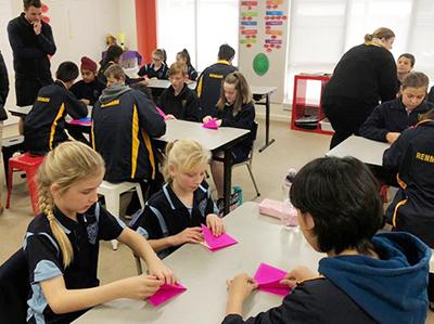 海外研修の一コマ。折り紙で現地校の生徒と文化交流。