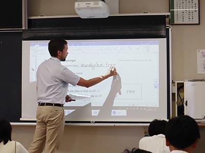 通常の黒板と電子黒板の両方を使うハイブリッドな板書でした。