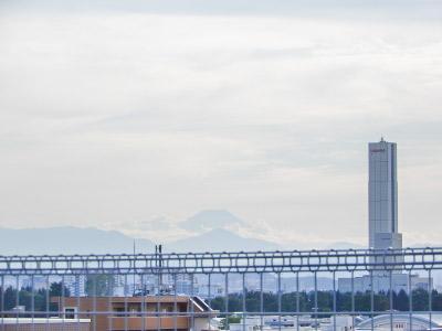 遠く西の方角に、うっすらと富士山が!