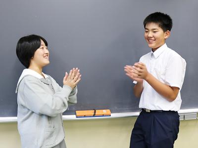 英語でお互いのことを話したら、共通の趣味が見つかって盛り上がりました!