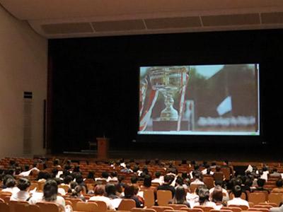 待ち時間の間、学校生活の様子がわかるスライドが上映されていました。