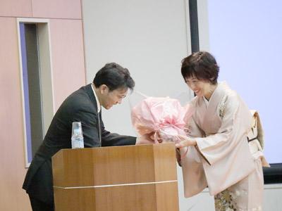 花束贈呈シーンの写真