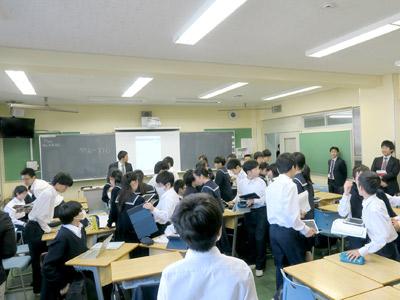 座席を移動する生徒たちの写真
