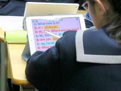 英語の授業中の生徒