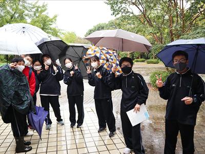 ウォークラリーが開かれた10月9日の昭和記念公園はあいにくの雨模様。ですが来場者が少ない分、ソーシャルディスタンスを確保しやすいメリットも。