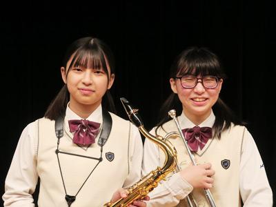 (左から)濵田真緒さん(吹奏楽部部長で担当楽器はサックス)、佐々木綾音さん(吹奏楽部幹部の金管部長で担当楽器はトランペット)。お二人とも3年生です。