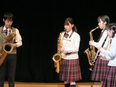 サックスを演奏する濵田さん(中央)。吹奏楽部全体をまとめながら、ご自身も難曲に挑戦します。