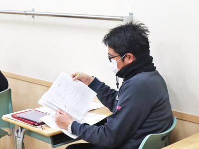 企画書を読み込む先生