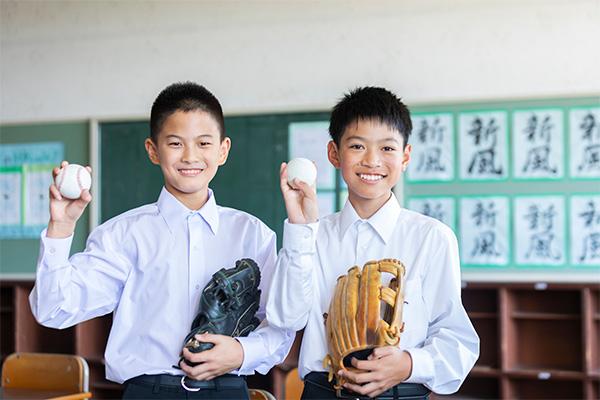 野球ボールを持つ中学生男子2人