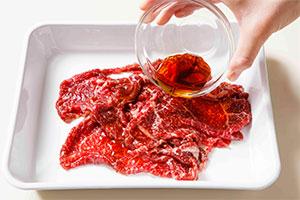 牛肉に下味をつける