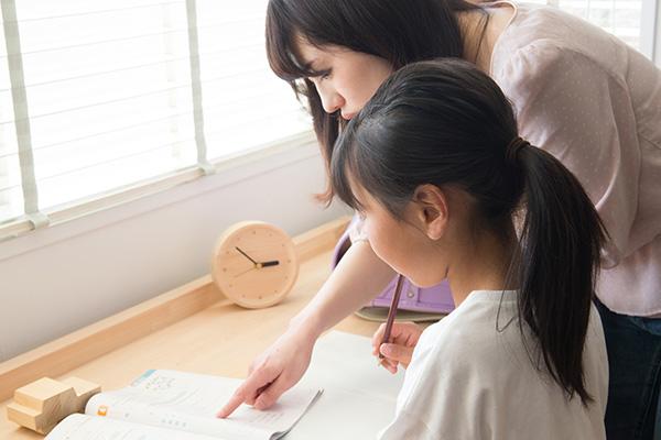 子どもの勉強を見る母親