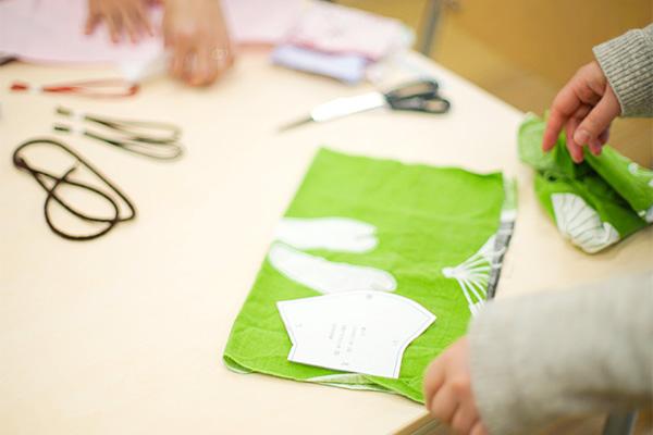 2枚に折った布の上に型紙を置き、