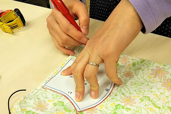 型紙に沿って印をつける。