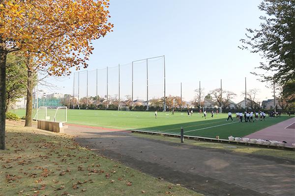 人工芝が施されたグラウンド。縦170m強で広々使える。