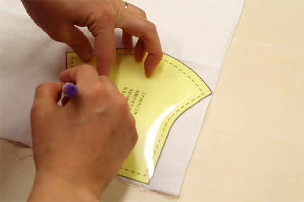 布地に型紙を当て、印をつけていきます。